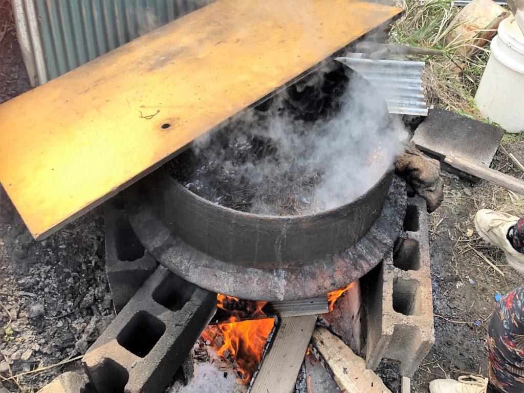 ひじきを鉄窯で煮る
