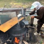 堂ヶ島でひじきを煮るおばあさん